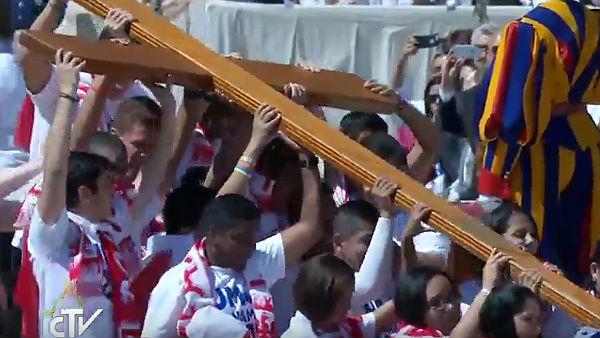 Jovens do Panamá carregam a Cruz das jornadas / Foto: Reprodução CTV