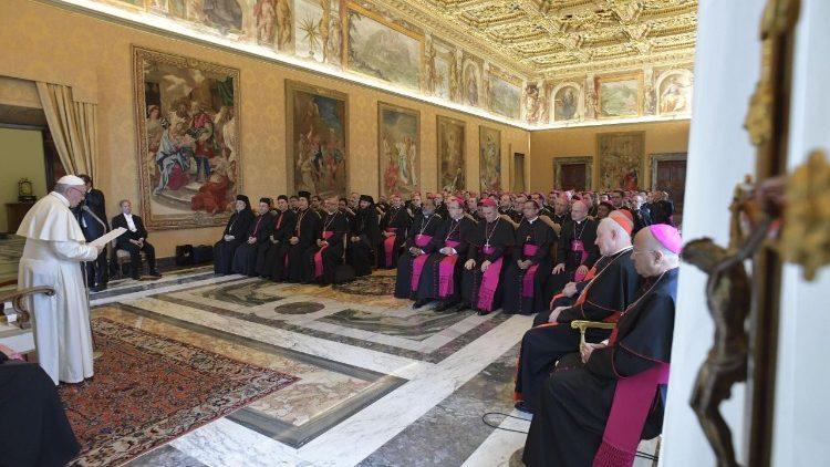 Papa aos bispos: distribuam no mundo o vinho novo que é Cristo