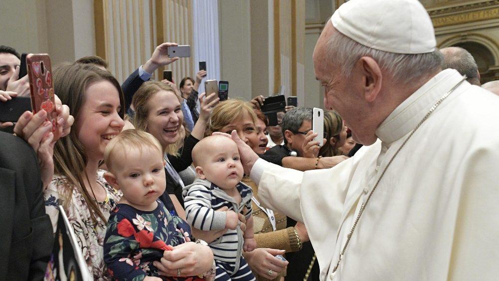 """Francisco exorta mais uma vez: precisamos de uma Igreja livre, simples, """"sempre em saída"""""""
