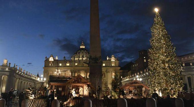 Vaticano ilumina árvore de Natal e presépio da Praça de São Pedro