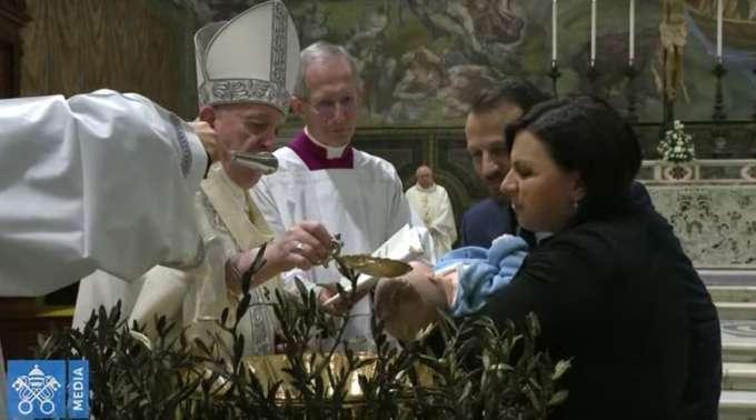 Papa Francisco batiza 32 crianças: Batizar um filho é um ato de justiça