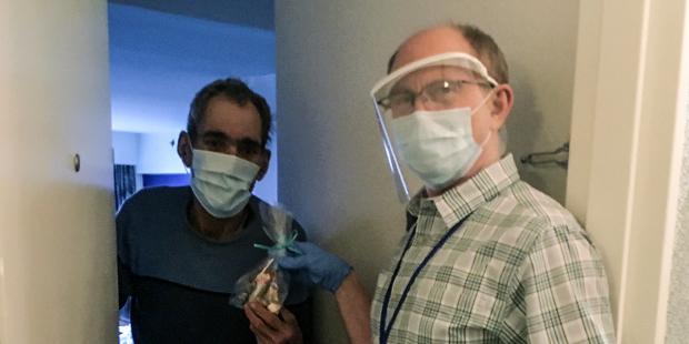 Médico católico escolhe morar com sem-teto para tentar protegê-los do coronavírus