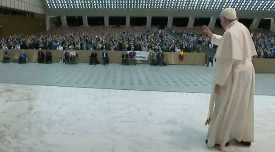Papa Francisco evita saudar de perto os fiéis por aumento de Covid-19 na Itália
