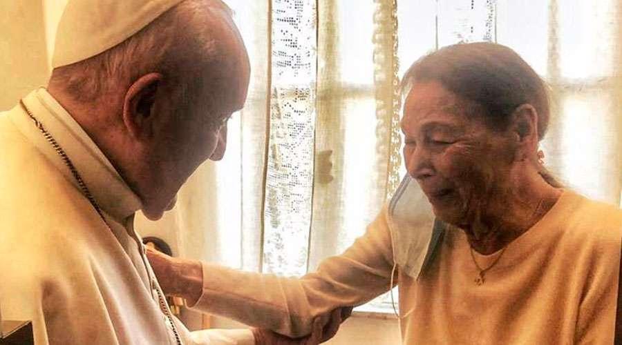 Papa Francisco visitou escritora sobrevivente do Holocausto