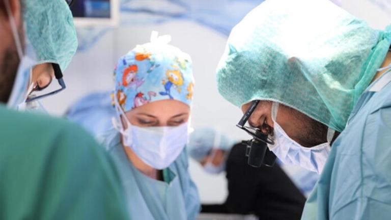 Hospital do Vaticano realiza primeiro transplante de coração de doador covid positivo