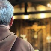 Padre de cabelos grisalhos visto de costas